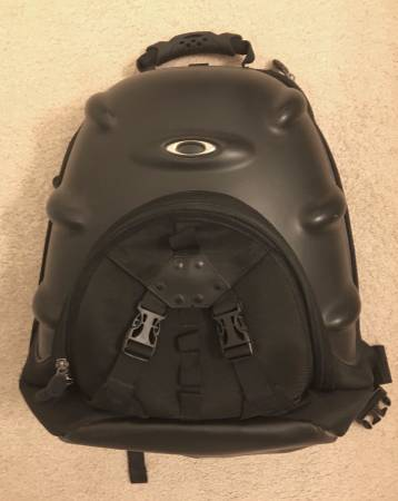 Can anyone identify this Oakley backpack - 00v0v_4Lc5zxb6le7_600x450.jpg