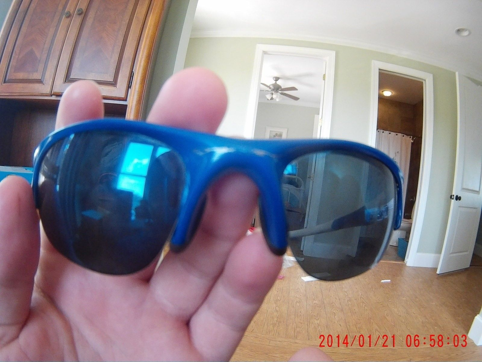 Found at the beach any value? they say oakley??? - 06580001.JPG