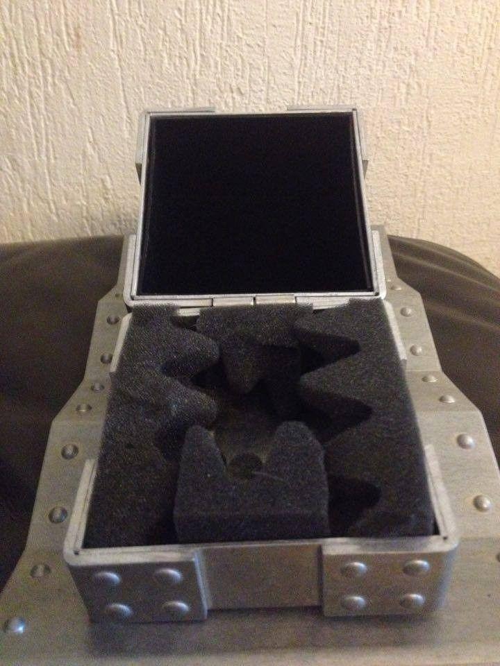 Hijinx Popaganda, x-metal Time Bomb Vault, metal display vault, old forgskins metal display - 13820658_10210099274379871_919533914_n.jpg