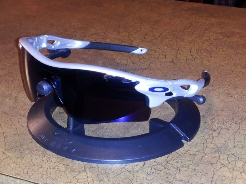 Oakley Radarlock Silver With Ice Iridium (Case  & Box Included) - 20120413_235446.jpg