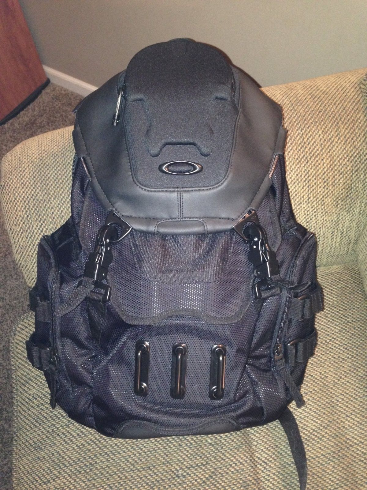 Oakley Bathroom Sink Backpack - Stealth Black - 726.JPG