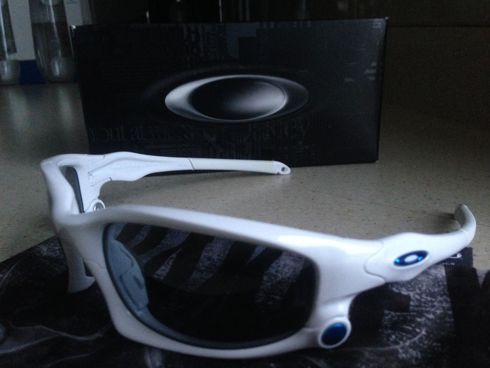 SPLIT JACKET POLISHED WHITE- BLUE ICON/ THRU BOLT/ GREY IRIDIUM LENSES - IMG_5402.JPG