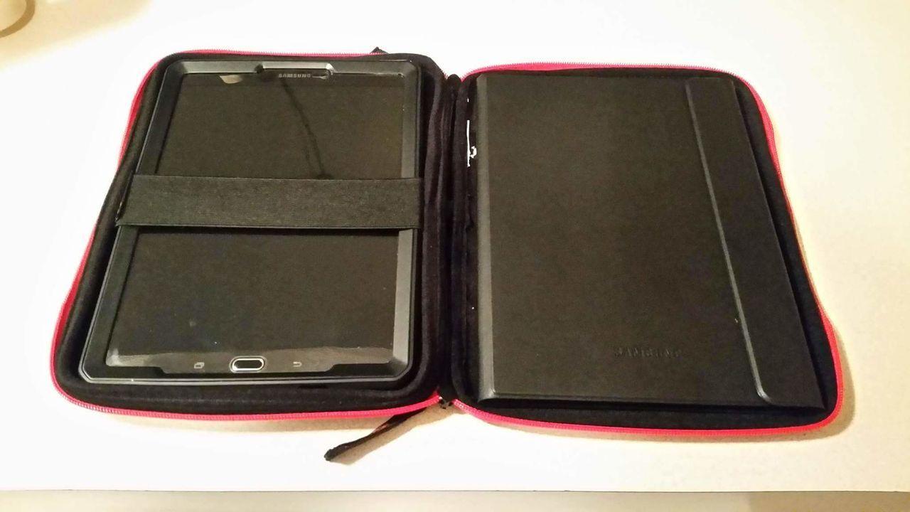 Oakley Tablet Zipper Case - received_923847867731994.jpg