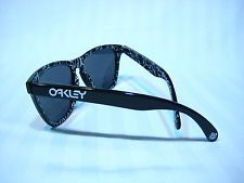Oakley Japan Exclusive Bearbrick Frogskins - s-l225.jpg